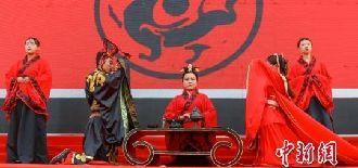 """甘肃庆阳""""新人""""品传统婚俗礼仪"""