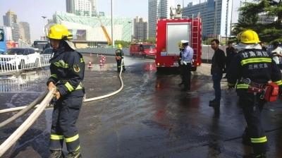 油罐车管道破裂漏油 交警消防环卫紧急处置