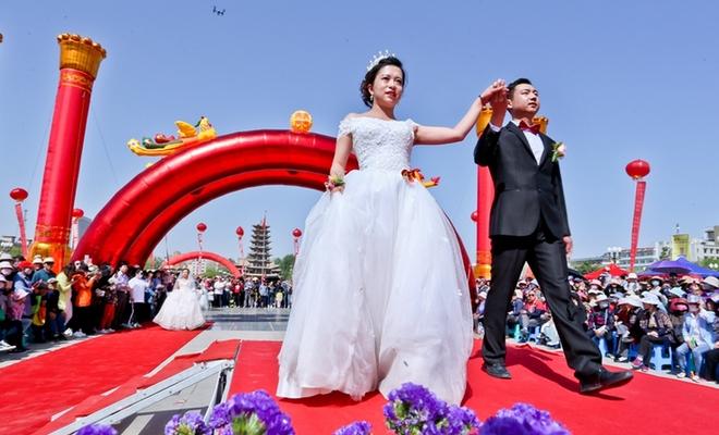 迎青年节 甘肃张掖举行集体婚礼引领新婚尚