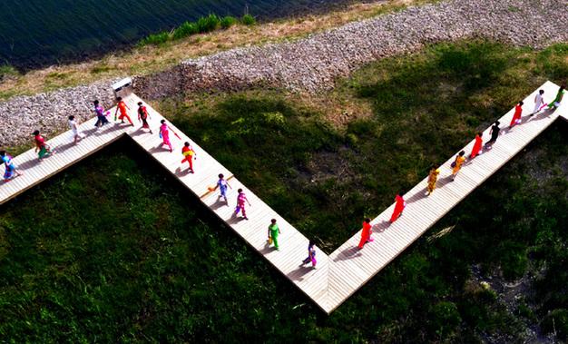 甘肃张掖:湿地旗袍秀 秀出中国风