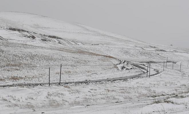 祁连山小满节气雪纷飞